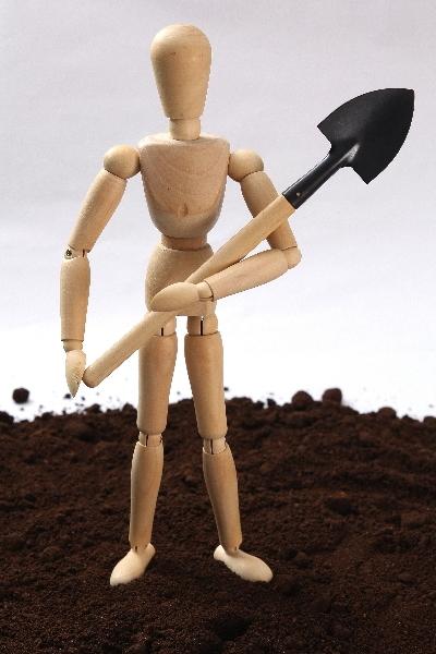シャベルで土を掘る実験